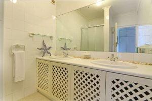 Breakers-Beach-house-Llandudno-Villa-bathroom-1