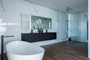 St-Leon-Villa-Bantry-Bay-master-bathroom